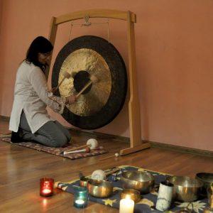 Gram na dzwonach rurowych, misach tybetańskich, dzwonkach, gongu, bębnie oceanicznym i bębnie szamańskim. Seanse zbiorowe i indywidualne